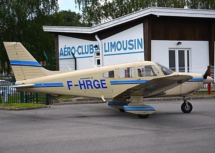 PA-28, piper archer II est un avion 4 places en métal, monomoteur à pistons (180 cv), non pressurisé, à ailes basses, à train tricycle et muni d'une seule porte du côté du copilote. Vitesse de croisière 120 kt, autonomie 5h